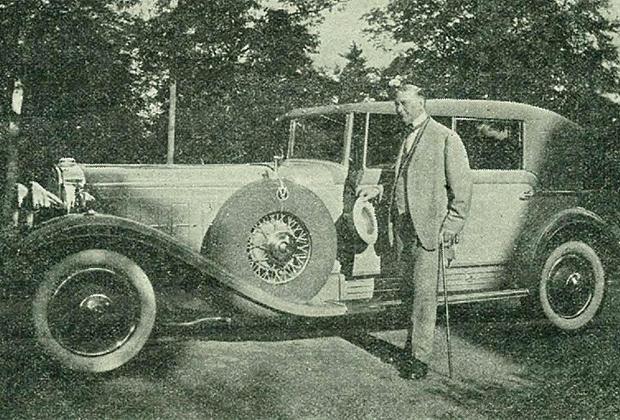 Рутерфорд любил роскошные автомобили. На фото Джозеф и его четырехдверный Cadillac V-16.