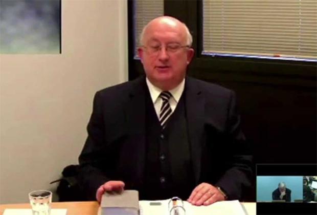 Член руководящего совета свидетелей Иеговы Самуэль Херд появился на онлайн-конференции организации с этими часами, стоимость которых в тот момент превышала 20 000 долларов.