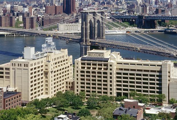 Бывшая штаб-квартира свидетелей Иеговы в Бруклине прямо напротив Бруклинского моста. Одно это здание при продаже потянуло более чем на треть миллиарда долларов.
