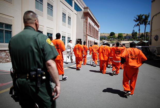 Заключенные в типичных для американской тюрьмы робах