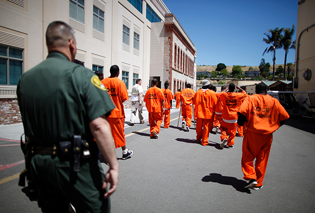 Каждый осужденный преступник в США по закону обязан работать на государство. В среднем за это платят от 14 центов до 1,41 доллара в час.