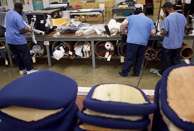 Заключенные работают на мебельной фабрике в Пенсильвании