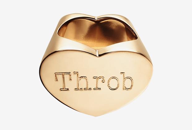 Гравировка на кольце из розового золота в переводе означает «биение, пульсация, трепет, волнение». Весь День влюбленных в одном слове.