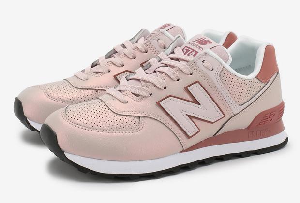 Кроссовки нежно-розового цвета с перламутровым оттенком и удобная упругая подошва — все для романтичных прогулок.