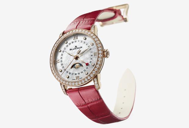 Часы с самым романтичным усложнением — индикатором лунных фаз на перламутровом циферблате. Часовыми метками служат восемь бриллиантов (эти камни также обрамляют корпус по безелю). Минутная и часовая стрелки стилизованы в форме листьев шалфея, секундная — в форме стрелы Купидона, а четвертая стрелка, увенчанная красным лакированным сердцем, указывает дату.