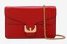 Универсальная сумка самого романтичного цвета на золотистой — в цвет пряжки — цепочке через плечо может служить и вечерним клатчем.