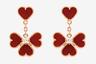 Если сосчитать все сердечки из алого сердолика на этом украшении, их будет ровно восемь. Как и красный цвет, это число, по китайскому поверью, приносит счастье обладательнице драгоценности.