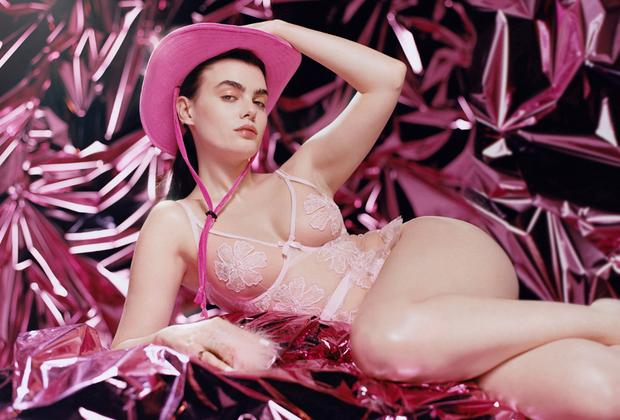 Главная задача влюбленности — создавать и поддерживать иллюзии. Практически прозрачное розовое белье с кружевными цветами в тон выглядит на коже лишь иллюзией присутствия белья, абсолютно ничего не скрывая.