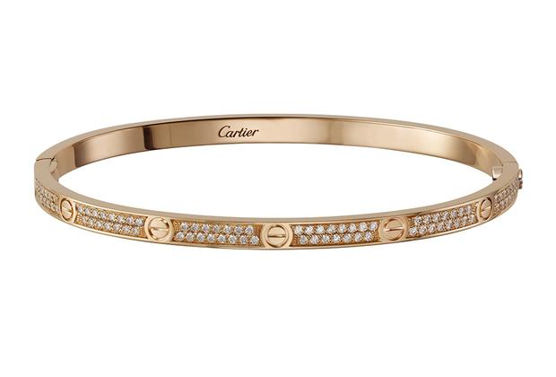 Одна из самых знаковых вещей французского ювелирно-часового дома Cartier — браслет-символ верности, который можно снять только с помощью отвертки — в обновленной версии: он стал более узким и теперь декорирован бриллиантовым паве.