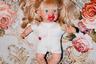 Начинающие ведуньи уже в девять лет создают страничку в Facebook и предлагают клиентам помочь вернуть утраченную любовь с помощью кукол. В свободное время девочки играют с ними, но для работы любимая игрушка вполне может превратиться в магический артефакт.