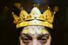 Мария Кампина — одна из самых известных цыганок-ведуний в Румынии. Золотая корона у нее на голове — не только символ престижа, но и амулет. Цыгане верят, что предметы из золота защищают их от зла. <br> <br> Далеко не все цыганки одобрительно относятся к образу Марии. Сандра, одна из опрошенных Благовой ведьм, отозвалась о ней довольно критично: «Я тоже могу купить себе золотую корону и провозгласить себя королевой магии. Сегодня каждый может объявить себя кем угодно». Ведьма посетовала, что из-за высокой конкуренции бывшие некогда простыми ритуалы усложняются, потому что каждая цыганка хочет добавить в них что-то уникальное, чтобы заинтересовать клиентов.