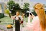 «Магию» цыган можно объяснить исторически, считает фотограф. Цыгане постоянно кочевали, поэтому каждый член общины зарабатывал, чем мог. У пожилых женщин было не так много вариантов, но вскоре они смекнули, что можно использовать свой жизненный опыт и знание людей, чтобы делать предсказания. От клиентов у гадалок не было отбоя.