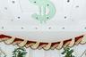 Цыгане любят украшать дома эмблемой доллара — для них это символ престижа, богатства и силы. Но гонорар за услуги цыганки предпочитают получать в евро. Первая встреча обойдется клиенту от десяти до 20 евро, на ней цыганка разложит карты, чтобы вникнуть в суть его проблемы. За талисман придется выложить до 100 евро, а за проведение ритуала — до 900, в зависимости от серьезности проблемы.