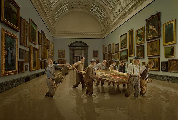 Несмотря на защиту вдоль берегов Темзы, во время наводнения 1928 года всемирно известная галерея Тейт была затоплена. Уровень воды в художественном музее достиг 2,4 метра. Тогда пострадало множество картин, в том числе акварели Уильяма Тернера. Большинство из них удалось восстановить, но 18 шедевров были утрачены навсегда.  <br> <br>  Фотограф попыталась показать историю реки через свои работы, представляя переосмысление исторических событий в формате путешествия.