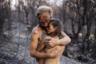 Фотопроект «Пепел» документирует эмоциональное воздействие лесных пожаров, бушевавших на юге Португалии прошлым летом. Эти изображения стали свидетельством боли, которую приносят людям и животным потери. Изображенная пара спаслась от пожара, — им удалось вовремя убежать. Но ферма, которую они держали, сгорела дотла. Снимок полон надежды на то, что любовь и новая жизнь, которая зародилась в лоне девушки, восторжествуют над случившейся трагедией.