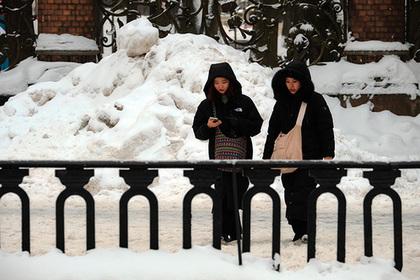 Александр Беглов взялся залопату иначал убирать снег