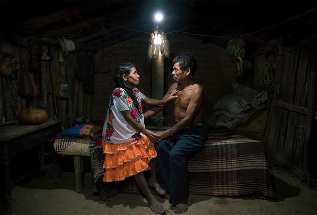 Мексиканцы Фаустина Флорес Карранса и ее муж Хуан Астудильо Хесус изображены в своем доме, освещенном лампой на солнечных батареях. Они прожили всю жизнь вместе и воспитали семерых детей фактически в темноте, — электричество в их доме появилось совсем недавно. На вопрос о том, как оно повлияло на их жизнь, Хуан ответил: «Мы впервые смогли смотреть друг другу в глаза в моменты близости».  <br> <br>  Документальный снимок, вышедший в финал конкурса, дополняет проект «Солнечные портреты». Фотохудожник Рубен Салгадо Эскудеро показывает, как с приходом солнечной энергии меняется жизнь людей. Всех героев он фотографирует в привычной им среде, освещая кадры лампами на солнечных батареях. Более 1,2 миллиарда человек по всему миру по-прежнему не имеют доступа к электричеству.