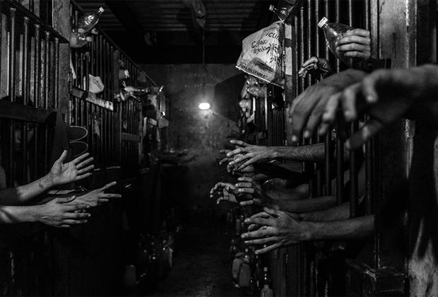 В Венесуэле крах экономики и нехватка продовольствия привели к тому, что люди решились на преступления из-за голода. В стране, где велик шанс остаться безнаказанным, криминал стал последней надеждой на выживание. Грабежи и похищения людей стали основной хозяйственной отраслью. Преступные группировки вербуют молодежь, обещая им в награду пищу. Ежедневно 73 жителя страны гибнут насильственной смертью, за год в столице погибло более 1,3 тысячи человек.  <br> <br>  Бесконтрольная гиперинфляция в Венесуэле составила миллион процентов за 2018 год. Почти 90 процентов населения испытывают нехватку денег, а больше половины ложатся спать голодными. Согласно исследованиям, средней семье необходимо получать 98 минимальных зарплат ежемесячно, чтобы прокормиться.