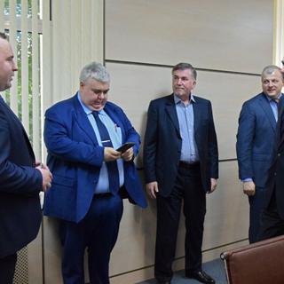 Заместитель гендиректора «Роскосмоса» Михаил Хайлов (в центре)