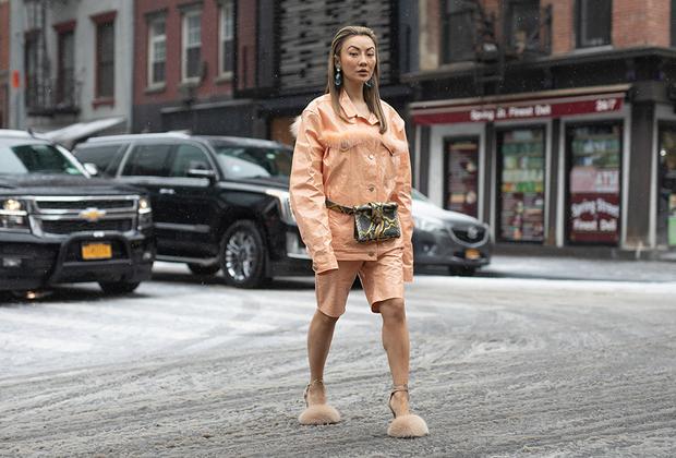 Пока Америка борется с одной из самых снежных и холодных зим за последние десятилетия, отважные американки всем своим видом демонстрируют, что генерал мороз им не страшен. Разве что пальцы ног утеплили.