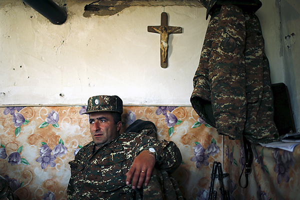 An ethnic Armenian soldier takes a rest at an artillery position near the Nagorno-Karabakh's town of Martuni, April 7, 2016. REUTERS/Staff      TPX IMAGES OF THE DAY             - GF10000374499