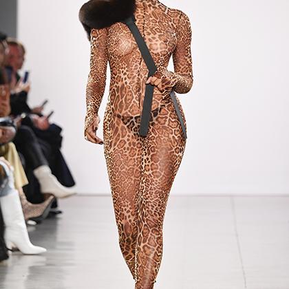 Иногда бывает трудно выбрать, что тебе больше к лицу: прозрачное платье или леопардовый принт. К счастью, у коренного жителя нью-йоркского района Квинс Лаквена Смита есть решение.