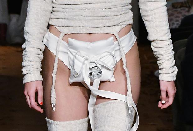 Кажется, тренд на ношение сумок на груди скоро уступит место новой тенденции, а сумки переедут несколько ниже.