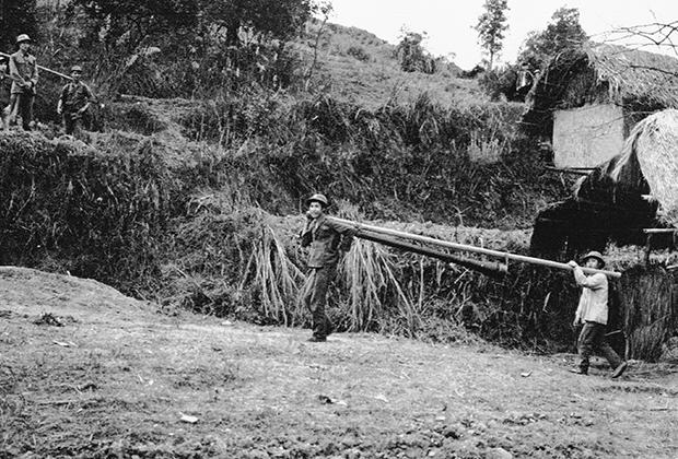 Вьетнамские солдаты переносят противотанковое орудие