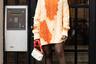 Одно пятно —испорченное платье, три пятна — неповторимый стиль. Легко быть модником, когда в руке сумка Louis Vuitton.