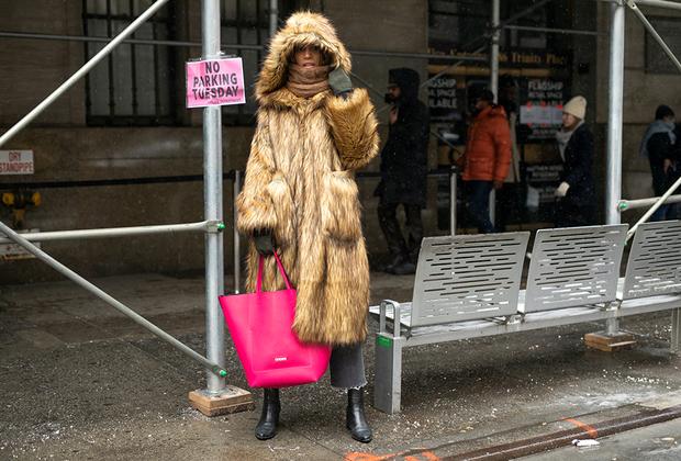 В Нью-Йорке две беды: невозможно припарковать машину и трудно носить мех. Во-первых, часто бывает жарко, во-вторых, борцы за права животных всегда наготове, чтобы облить тебя краской. Гостье недели моды хватило смелости надеть шубу из натурального меха. Еще бы кто проблемы с парковкой решил.
