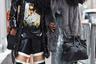Сестры Ти Кей и Киприанна Куанн сделали себе имя на волосах. Девушки стали звездами Instagram, снимаются в модных журналах и сидят в первом ряду на показах. Для визита на шоу Sally LaPointe они традиционно оделись в противоположных стилях: Киприанна выбрала классическое платье и мех, а Ти Кей — оверсайз куртку и футболку с девушкой-борцом.