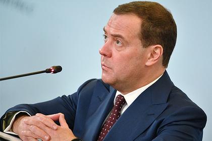 Медведев призвал поменять подход коценке бедности