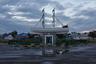 В Аральске негде помочить ноги — в сухом порту, на бывшем дне моря, пасутся коровы. Но Арал жив на улицах города — в памятниках и символике городской архитектуры. На фото: памятник белому кораблю у железнодорожного вокзала.