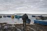 Берег Малого Арала. Рыбак Ухумбек выходит в море, чтобы проверить улов. Вечером был шторм, но он расставил сети, рискуя жизнью. Всю пойманную рыбу Ухумбек сдаст в рыбоприемник. Самая высокая цена — за сазана и судака.