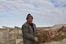 Бригадир рыбаков Баходыр Жиналиев утепляет потолок землянки. Молодые парни из Кызылорды и Аральска приезжают на Малый Арал на двухнедельные вахты. Живут в землянках по три-восемь человек. На крышах установлены солнечные батареи, а в доме под землей имеется все необходимое для длительного проживания, даже домашний телефон.