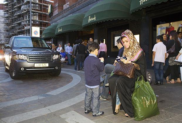 Многие арабские семьи предпочитают переехать в Европу. Например, в Англии арабская община достигает 300 000 человек. В британской столице бывшие жительницы Саудовской Аравии могут чувствовать себя свободнее. Например, эта арабка отправилась в знаменитый универмаг Harrod's на каблуках и в леопардовом платке с розовой каймой.