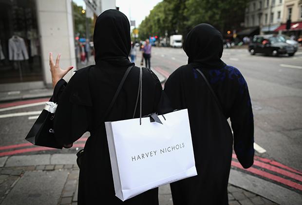При этом в Лондон за покупками приезжает много женщин, постоянно проживающих в Саудовской Аравии. В отличие от иранок, которые в большинстве своем сразу переодеваются в европейскую одежду, арабские женщины продолжают носить абайю.