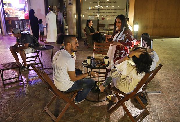 Все больше девушек в Саудовской Аравии позволяют себе появиться на улице в достаточно откровенной по меркам королевства одежде.