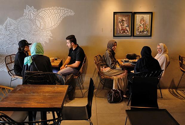 Medd Cafe в Джидде —одно из тех мест, где мужчины и женщины могут находиться рядом без ограничений.