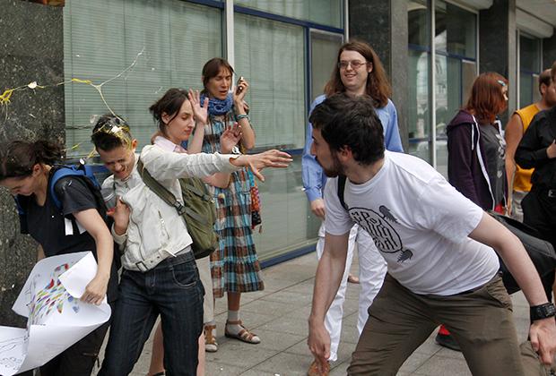 Православный радикал закидывает яйцами активистов, которые протестуют против принятия закона о запрете пропаганды гомосексуализма. Москва, 11 июня 2013 года