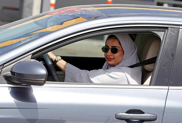Как только запрет на вождение был снят, многие саудовские активистки, в том числе живущие за рубежом, специально вернулись домой, чтобы прочувствовать момент. На фото: Зурух Ассири — волонтер ООН, помогающая беженцам в Европе.