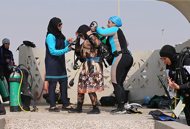 Если саудовская женщина хочет поплавать в море, сходить на пляж или нырнуть с аквалангом, она обязана надеть буркини. Одно из любимых мест для дайвинга в королевстве —нефтяная столица страны Дахран.