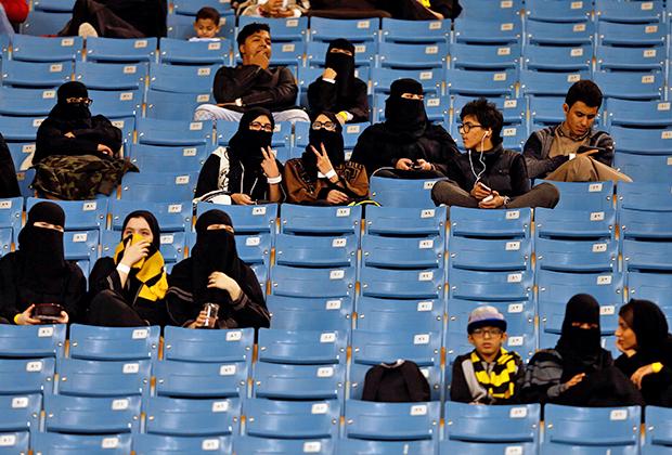 Как и в Иране, в Саудовской Аравии женщины могут посещать футбольные матчи. Более того, их пускают на те же трибуны, что и мужчин. Разве что рядом сидеть воспрещается.