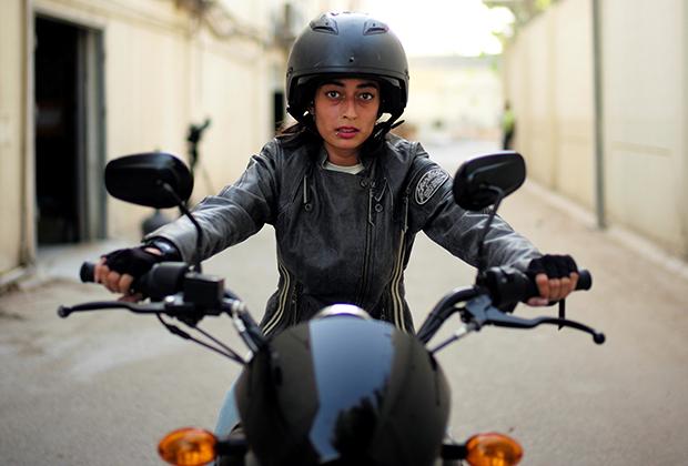 Саудовским женщинам долгое время запрещалось садиться за руль машин и мотоциклов. В 2018 году запрет был снят. При этом многие жительницы королевства уже давно отлично водят — девушки получали права за рубежом.