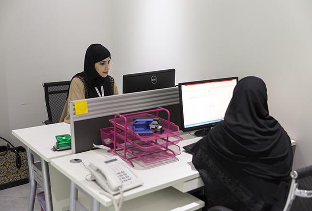 Многие современные мужчины в Саудовской Аравии разрешают дочерям и женам работать. Для них в Эр-Рияде даже действует специальное женское кадровое агентство.