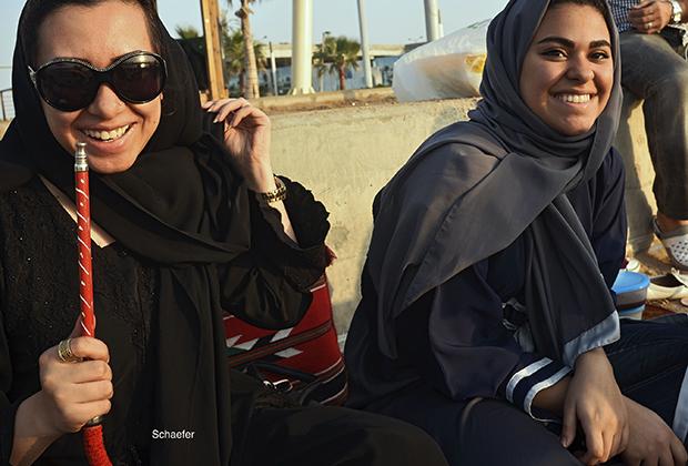 Женщины курят кальян на пляже в Джидде. Кальян —одно из немногих развлечений, доступных женщинам в королевстве.