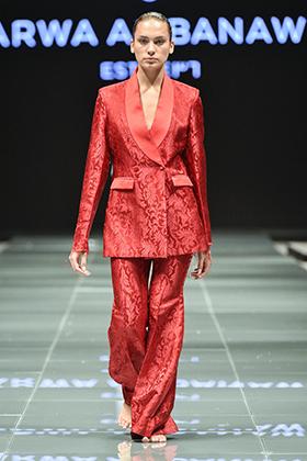 Еще одной победой саудовских женщин в 2018 году стала прошедшая в Эр-Рияде неделя моды. Мало того что женщин пустили в зал, так еще и по подиуму ходили модели с непокрытой головой. Этот брючный костюм был создан Арвой ал-Банауи, которая родилась в Джидде, но выросла в Швейцарии.