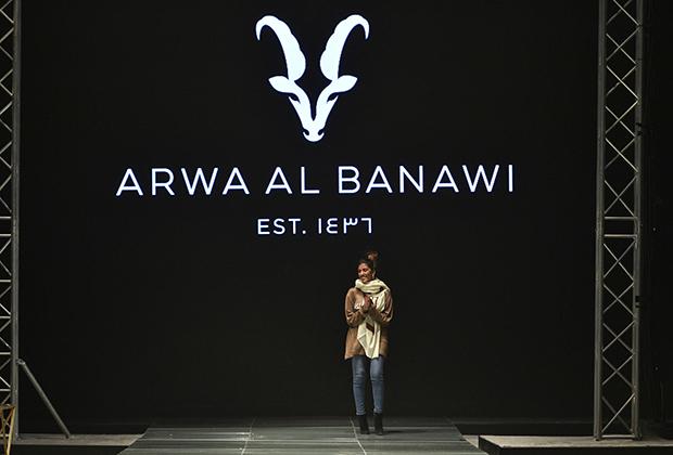 Едва ли не единственный дизайнер с саудовскими корнями Арва аль-Банауи не только появилась после своего показа без платка и в брюках, но и заявила, что мечтает сделать жизнь независимых женщин проще.