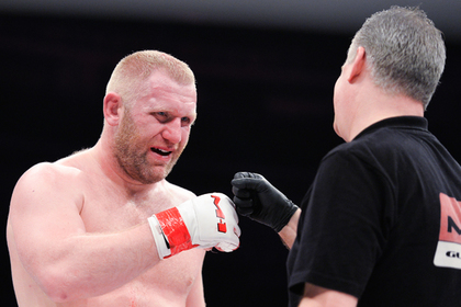 Российский боец ММА получил удар в пах на 15-й секунде раунда