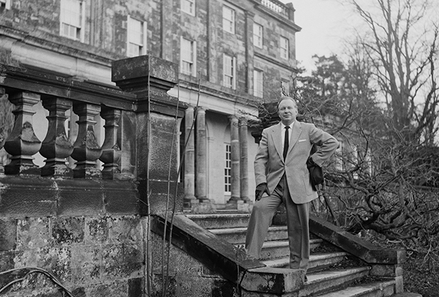 Л. Рон Хаббард на крыльце поместья в Сассексе — своей загородной резиденции во время британского периода истории церкви сайентологии.